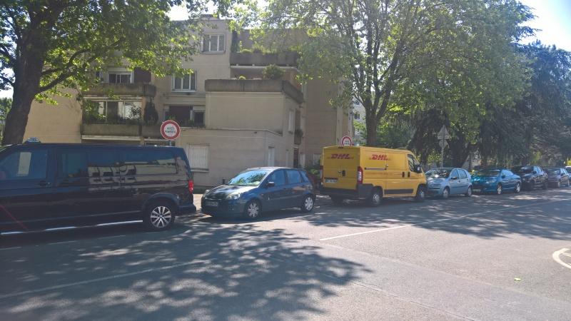 Voitures garées sur trottoir rue Hoche et rue Marceau Statio11