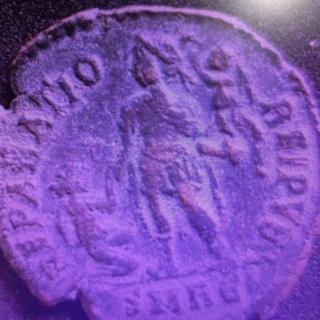 AE2 de Graciano. REPARATIO - REIPVB. Emperador dando la mano a mujer arrodillada. Roma. Ja10