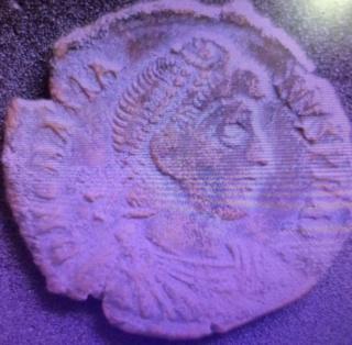 AE2 de Graciano. REPARATIO - REIPVB. Emperador dando la mano a mujer arrodillada. Roma. Js10