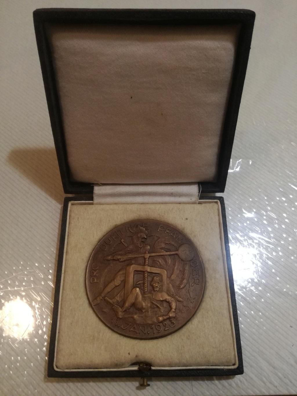 Dos meses y dos días de prisión, por vender una medalla. Img_2129