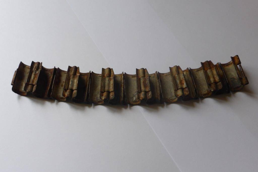 Bande métallique pour fixer des munitions P1060248