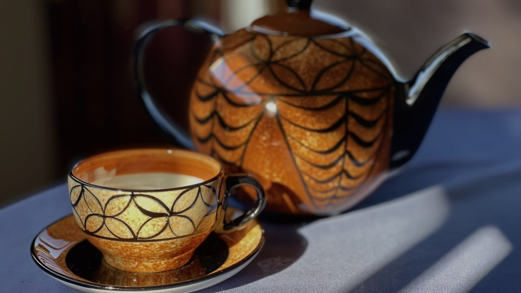 Petra Teapot with cup and saucer A728e110