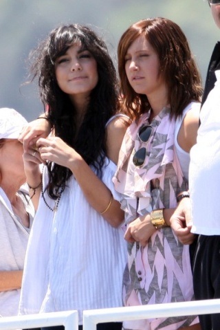 Zac, Vanessa And Ashley Enjoy A Boat Ride In Sydney - Page 2 3015