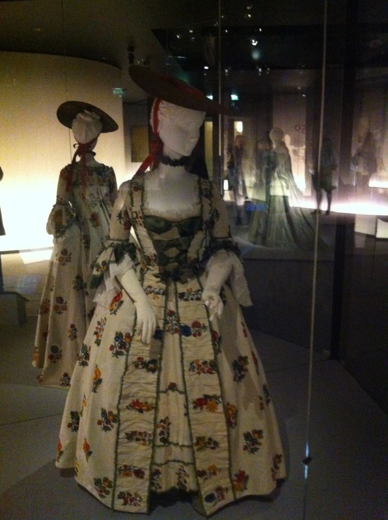 Fashioning Fashion : deux siècles de mode européenne  Img_3414