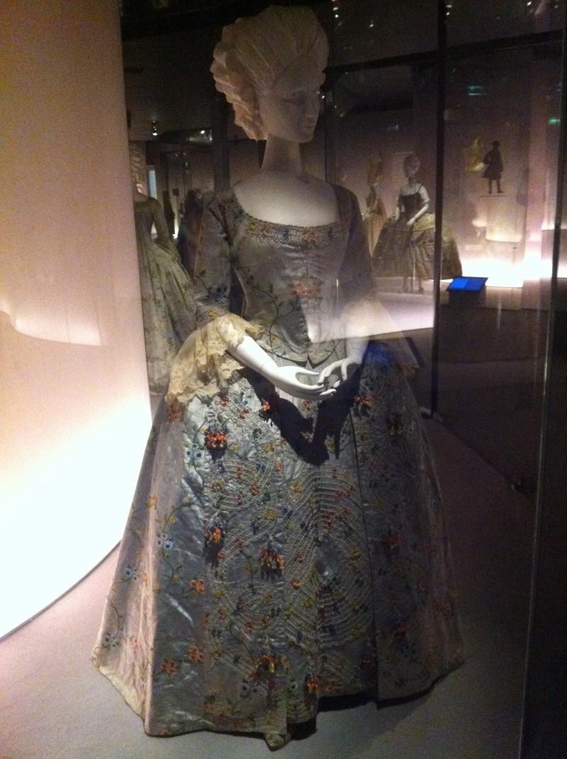 Fashioning Fashion : deux siècles de mode européenne  Img_3415