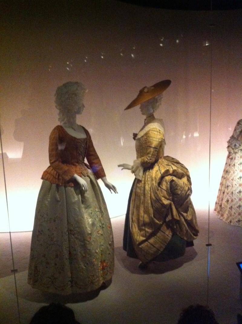 Fashioning Fashion : deux siècles de mode européenne  Img_3417