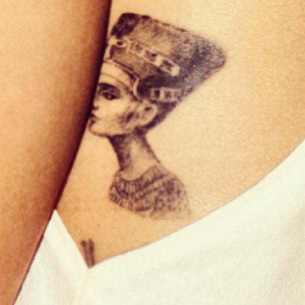 Les différents tatouage de Rihanna - Page 3 29a27610