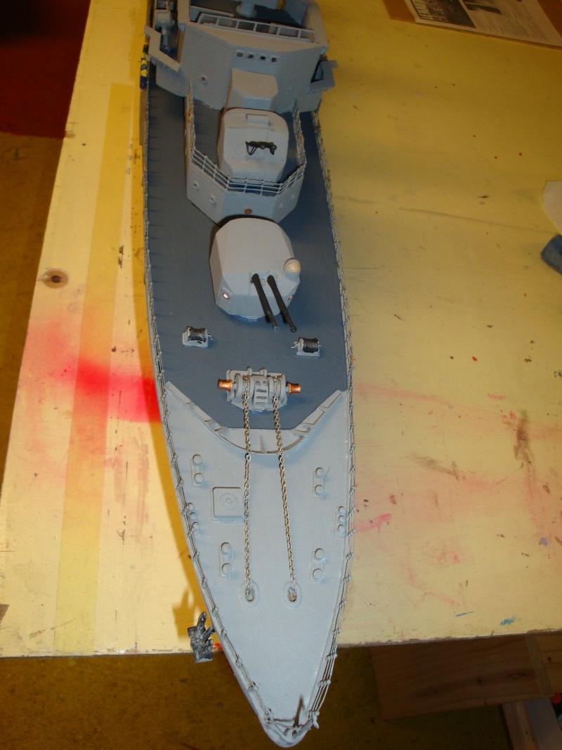 Fin de restauration du Surcouf, mastiquage, ponçage, peinture , vernissage de la coque et pose de l'ensemble de la RC ,  restera les réglages Dsc03228
