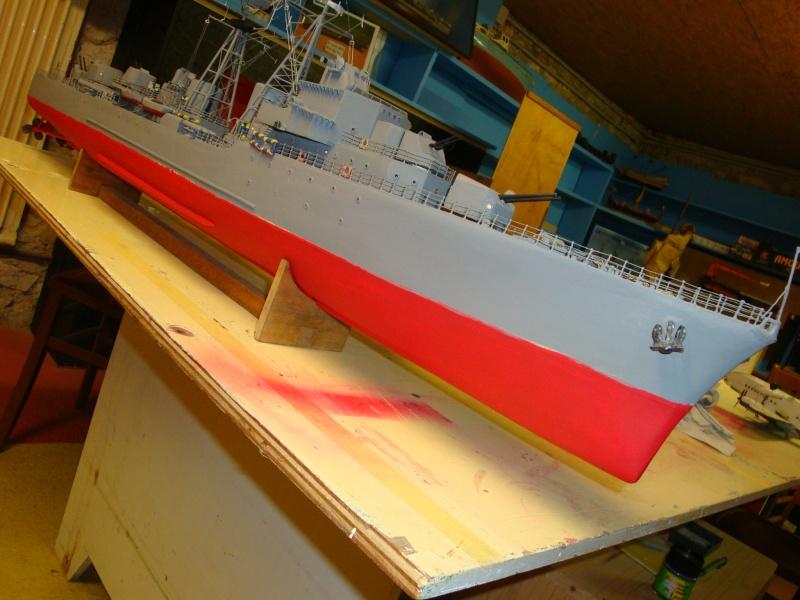 Fin de restauration du Surcouf, mastiquage, ponçage, peinture , vernissage de la coque et pose de l'ensemble de la RC ,  restera les réglages Dsc03240