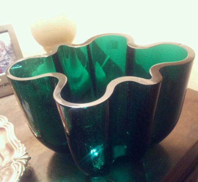 Is this an Iittala Aalto variation, thick green with bubbles T2ec1610