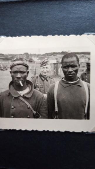 Prisonniers coloniaux et coiffe de casque 20191145