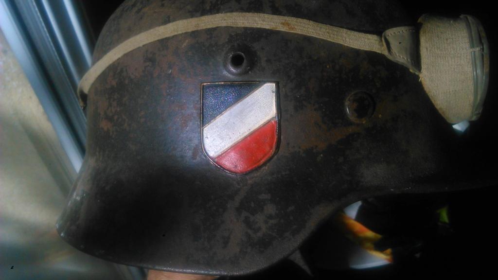 Etonnant insigne sur un casque allemand modèle 40 Dsc_3820