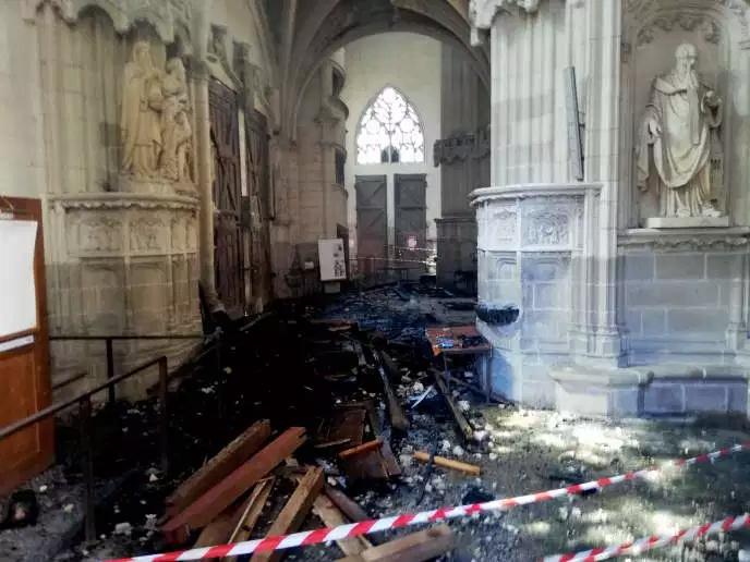 La cathédrale de Nantes est en feux !!! Nantes11