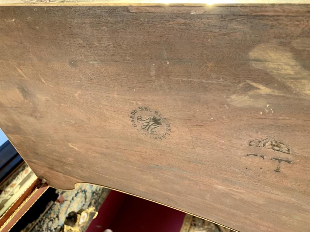 Marques du mobilier et sceau du Garde-Meuble de la reine Marie-Antoinette 15b31510