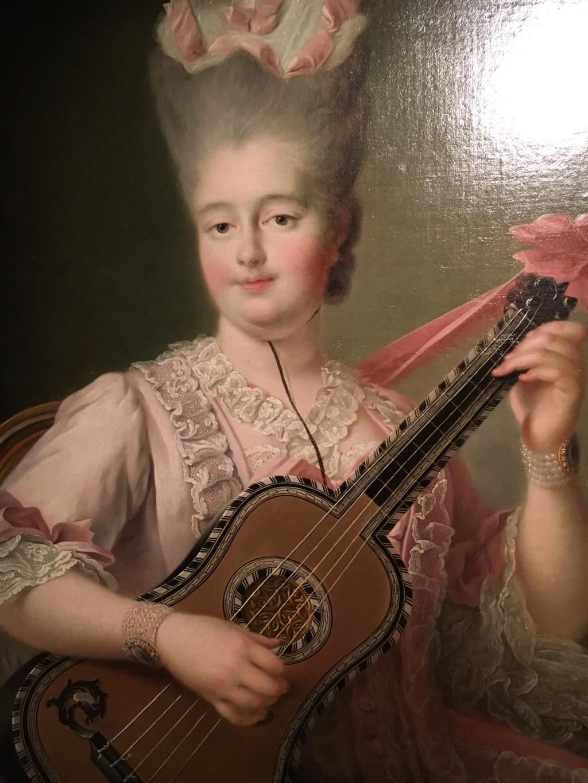 Une guitare-luth (et non pas une mandoline) ayant appartenu à Marie-Antoinette ?  3d5cca10