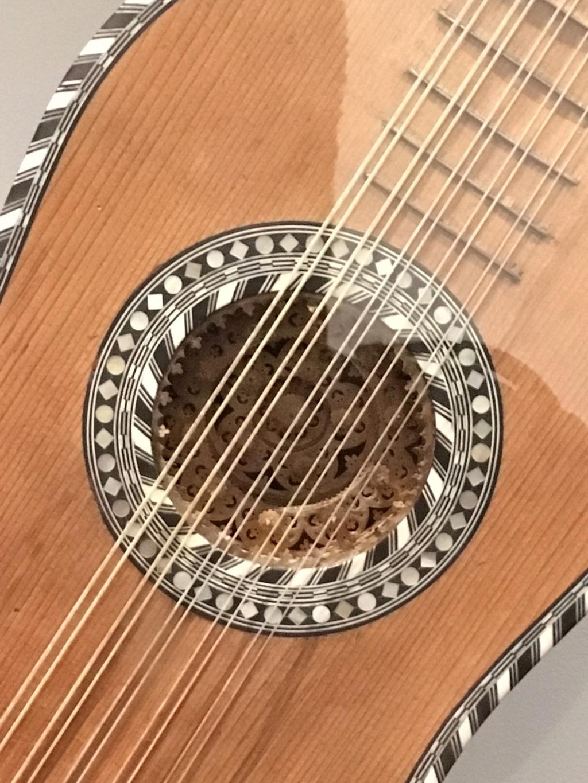 Une guitare-luth (et non pas une mandoline) ayant appartenu à Marie-Antoinette ?  41a12b10