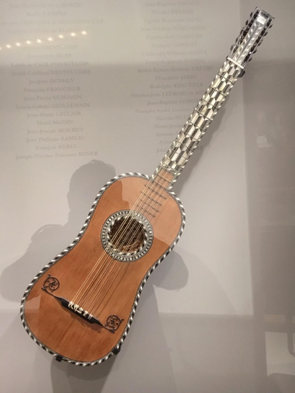 Une guitare-luth (et non pas une mandoline) ayant appartenu à Marie-Antoinette ?  42c0e210