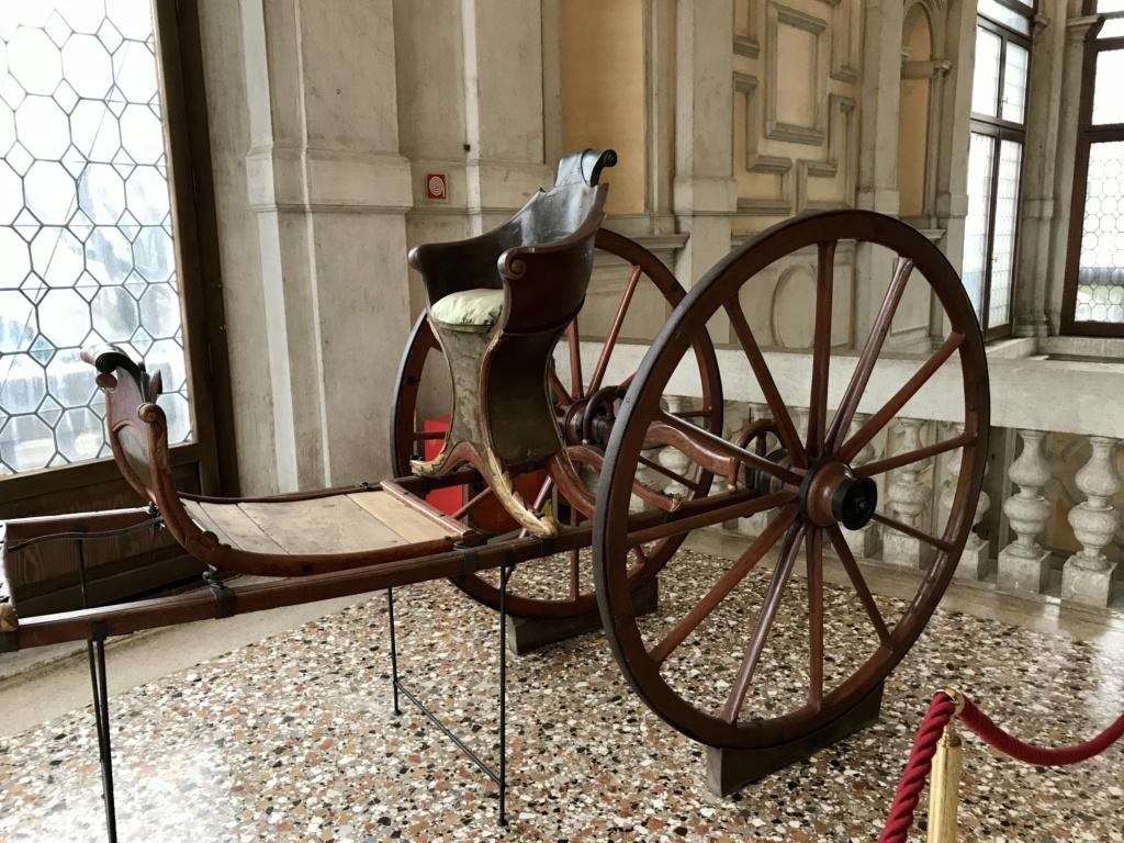 Les véhicules du XVIIIe siècle : carrosses, berlines, calèches, landaus, cabriolets etc. - Page 2 73ddfd10