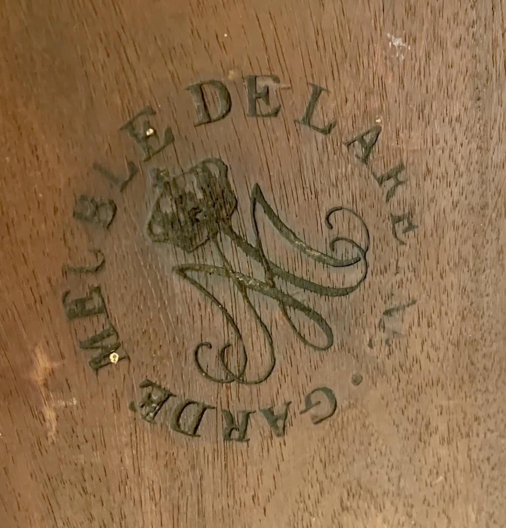 Marques du mobilier et sceau du Garde-Meuble de la reine Marie-Antoinette 7d470b10