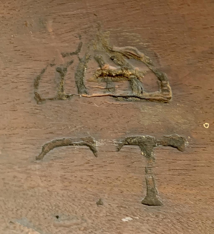 Marques du mobilier et sceau du Garde-Meuble de la reine Marie-Antoinette E6736710