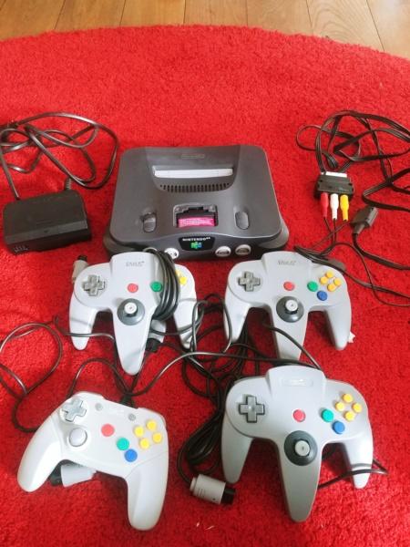 Nintendo 64 PAL EUR et 4 pads neufs non officiels. 85 € fdpin 20200214