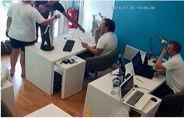 Experience! How A Thief Walked Into A Shop And Stole iPhone Without People Noticing 2-17510