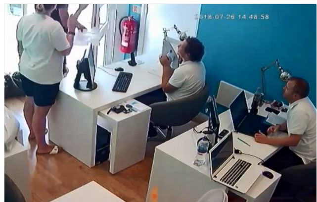 Experience! How A Thief Walked Into A Shop And Stole iPhone Without People Noticing 3-11110