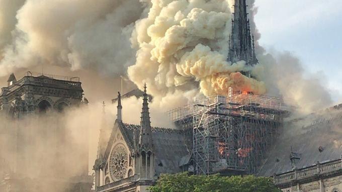Terrible incendie de Notre Dame de Paris le 15 Avril 2019 au soir D4ngqp10