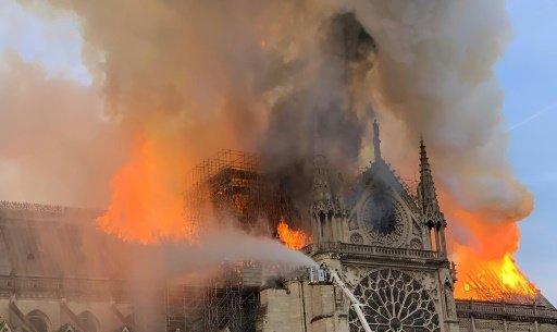 Terrible incendie de Notre Dame de Paris le 15 Avril 2019 au soir D4nulz10