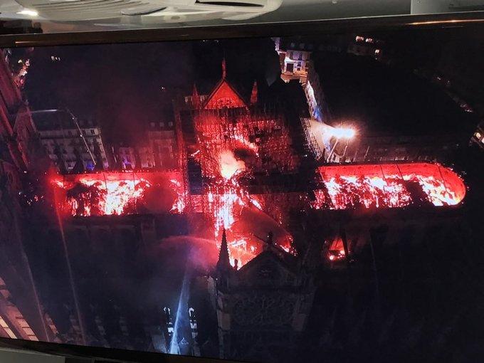 Terrible incendie de Notre Dame de Paris le 15 Avril 2019 au soir D4onzk10