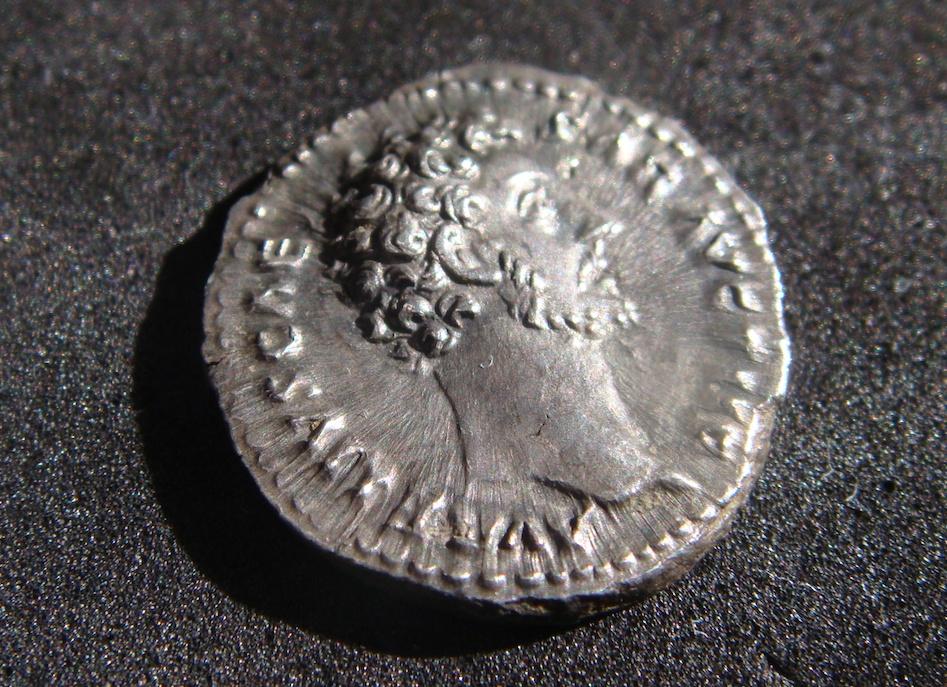 Denario de Marco Aurelio. TR POT III COS II. Minerva a dcha. Roma Dsc04516