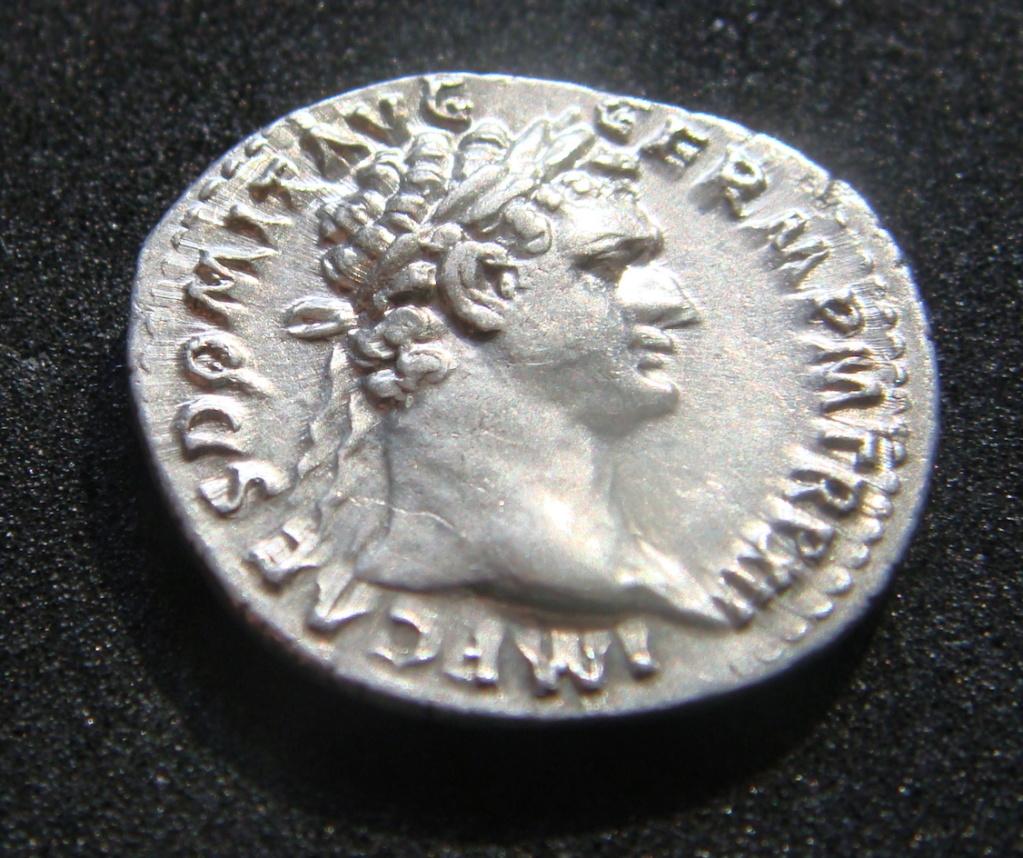 Denario Domiciano IMP XXI COS XVI CENS P P P. Minerva estsnte a izq. con lanza, haz de rayos, escudo a sus pies. Roma. Dsc04519