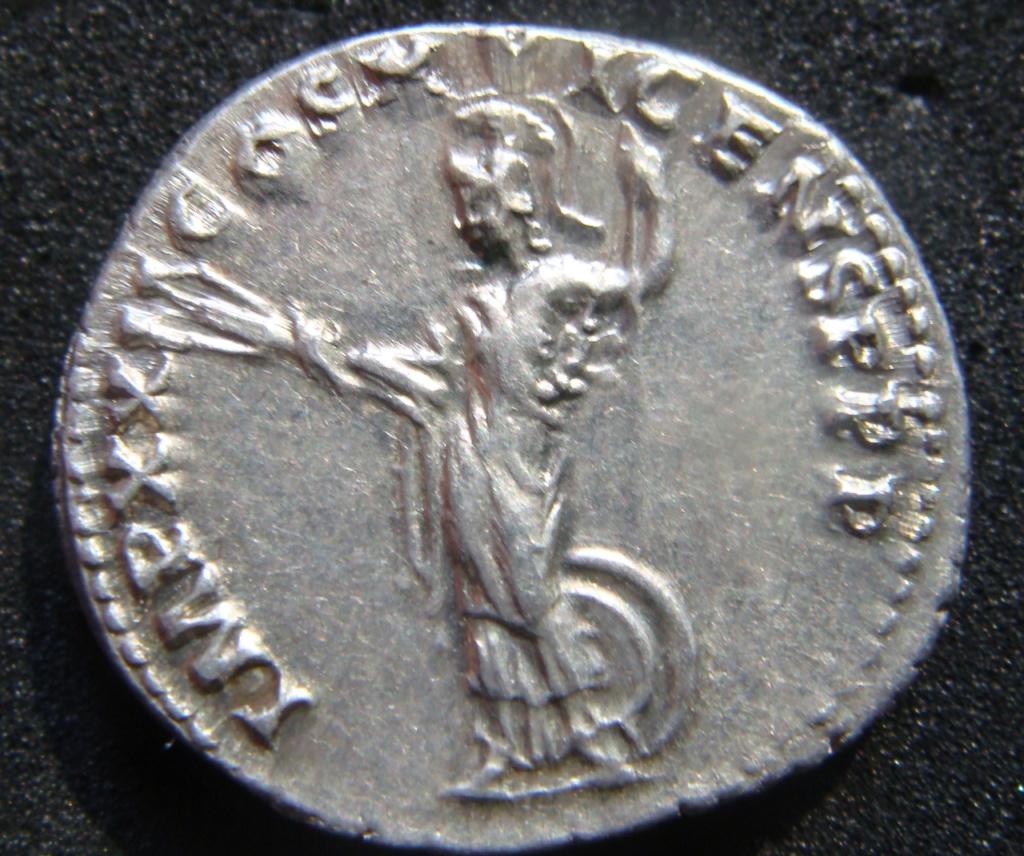 Denario Domiciano IMP XXI COS XVI CENS P P P. Minerva estsnte a izq. con lanza, haz de rayos, escudo a sus pies. Roma. Dsc04520
