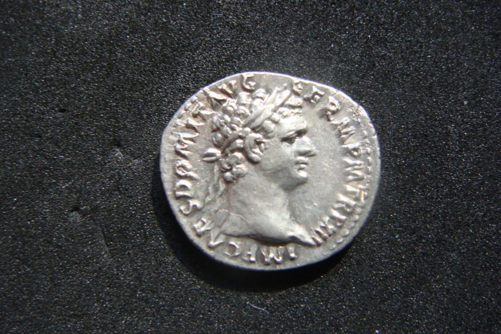 Denario Domiciano IMP XXI COS XVI CENS P P P. Minerva estsnte a izq. con lanza, haz de rayos, escudo a sus pies. Roma. Dsc04521