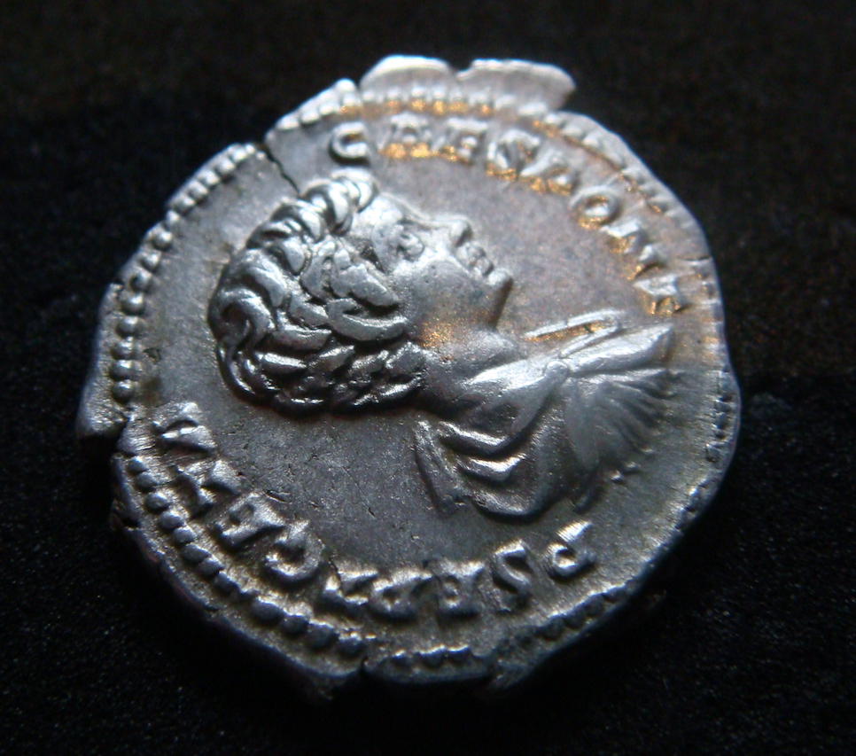 Denario de Geta Caesar. SECVRIT IMPER II. Securitas sedente a izq. Roma. Dsc04622