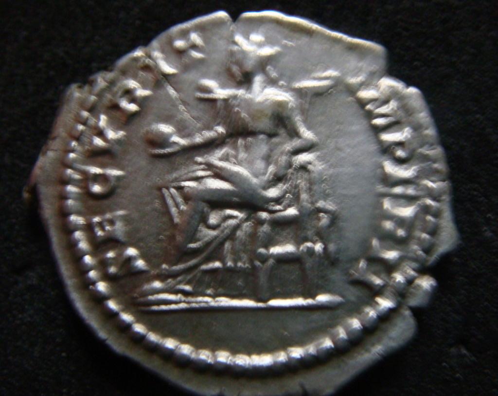 Denario de Geta Caesar. SECVRIT IMPER II. Securitas sedente a izq. Roma. Dsc04624