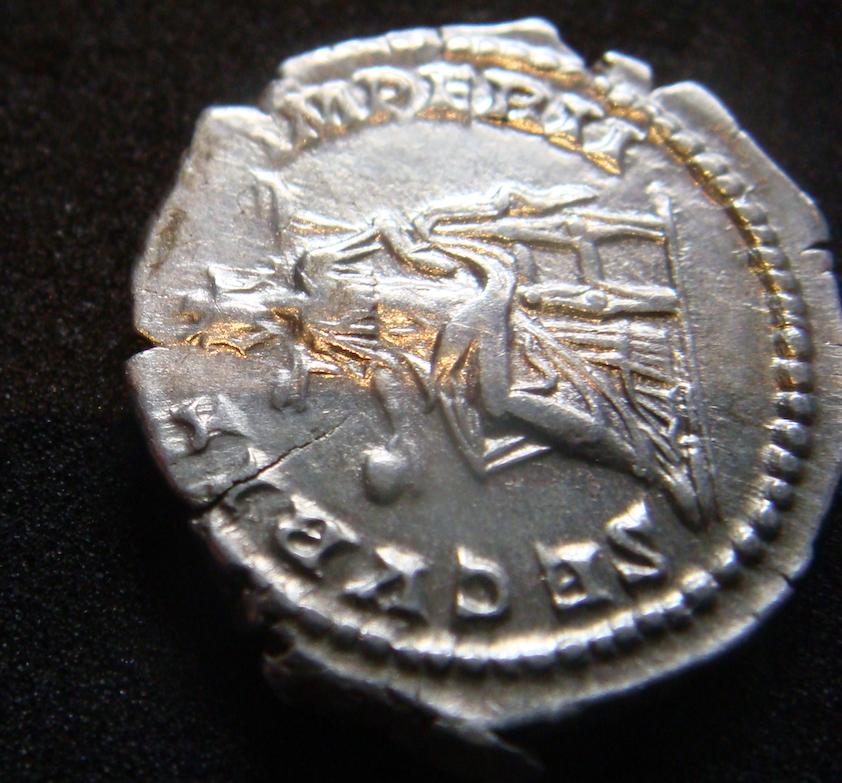 Denario de Geta Caesar. SECVRIT IMPER II. Securitas sedente a izq. Roma. Dsc04625
