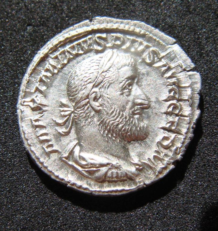 Denario de Maximino I El Tracio. VICTORIA GERM. Victoria estante a izq. Roma. Dsc04626