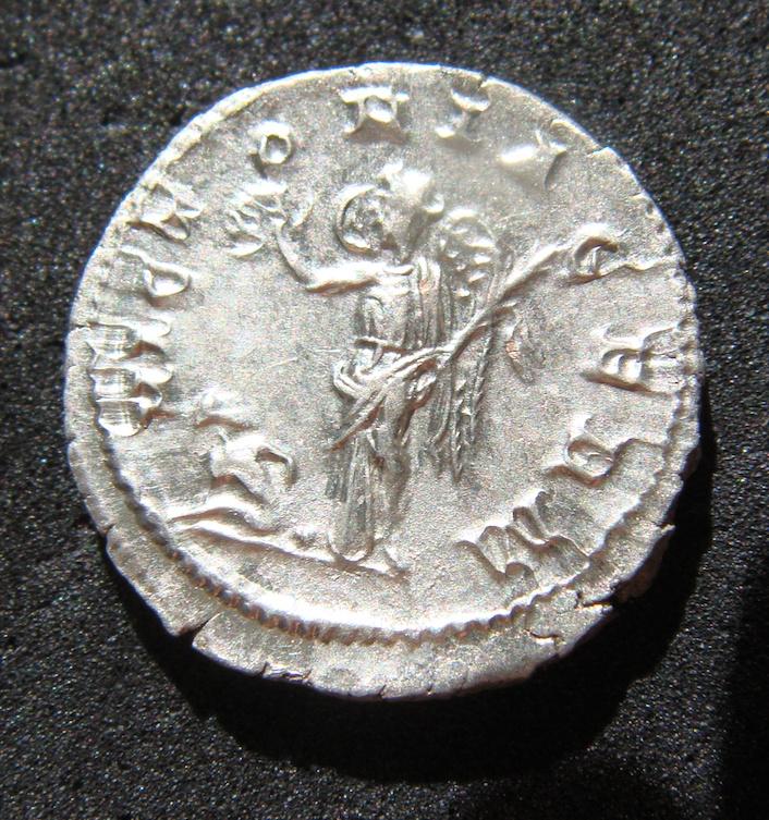 Denario de Maximino I El Tracio. VICTORIA GERM. Victoria estante a izq. Roma. Dsc04629