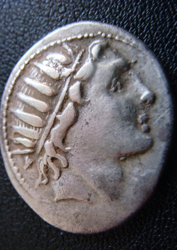 Denario de la gens Aquillia. MAN AQVIL ROMA. Luna guiando biga a dcha. Roma. Dsc04636