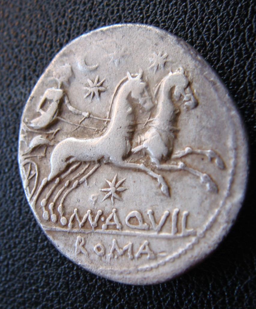 Denario de la gens Aquillia. MAN AQVIL ROMA. Luna guiando biga a dcha. Roma. Dsc04638