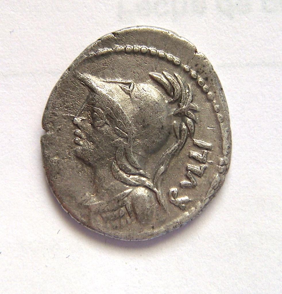Denario de la gens Servilia. P SERVILI. M. F. Victoria en una biga a galope a dcha. Roma. Dsc05042