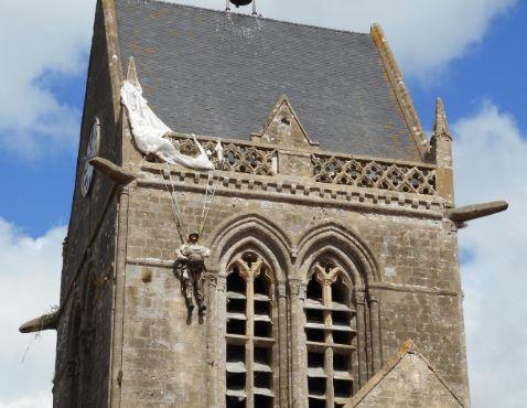 la véritable histoire du parachutiste américain accroché au clocher de Sainte-Mère-Eglise Sme210