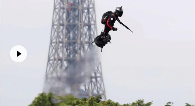 Défilé du 14 juillet : l'homme volant sur son «Flyboard Air» a stupéfié les Champs-Elysées Franky Zapata, dont la plateforme volante turbopropulsée intéresse les militaires, a fait un passage très remarqué au dessus de la place de la Concorde. Par T.d.L,  000_l_10