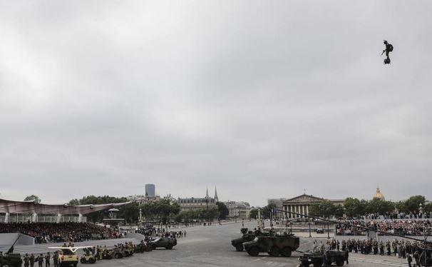 Défilé du 14 juillet : l'homme volant sur son «Flyboard Air» a stupéfié les Champs-Elysées Franky Zapata, dont la plateforme volante turbopropulsée intéresse les militaires, a fait un passage très remarqué au dessus de la place de la Concorde. Par T.d.L,  000_l_11