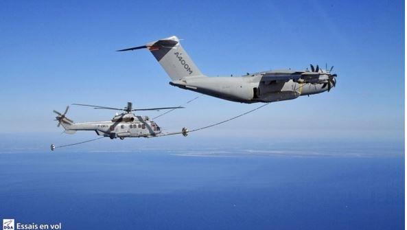 L'A400M peut enfin ravitailler les hélicoptères !  Elle était attendue cette capacité de l'Airbus A400M « Atlas » pour le ravitaillement en vol  A400m_12