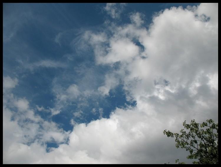 A travers les vitres d'une voiture et nuages Img_2814