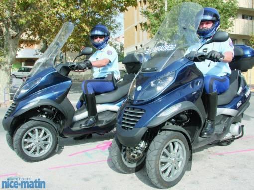 Les Gendarmes de St Tropez recrutent........... 8873d110