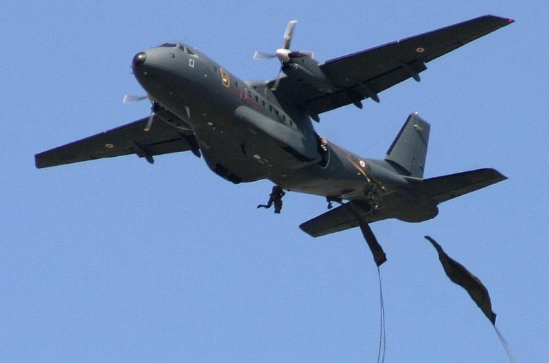 CASA- 235 le petit dernier des avions paras - civil et militaire Ems03d10