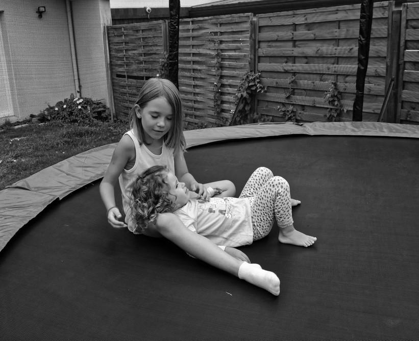 """Maëline pose tendresse avec une de mes grandes soeurs """" Alicia """" Dsc_3823"""